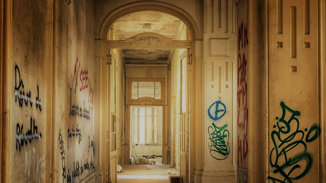 Kimsenin Olmadığı Kapının Önü